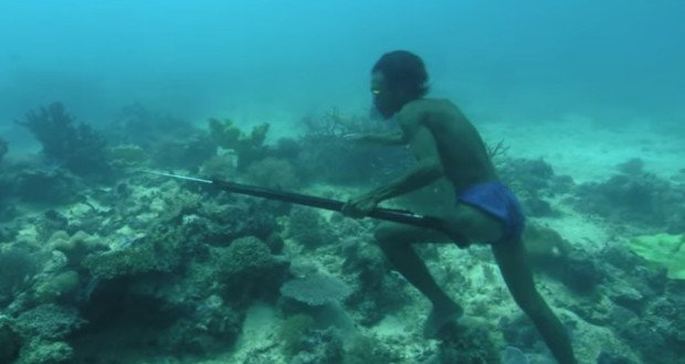 Extreme Fishing: Bajau Man Dives 20 Meters [VIDEO]